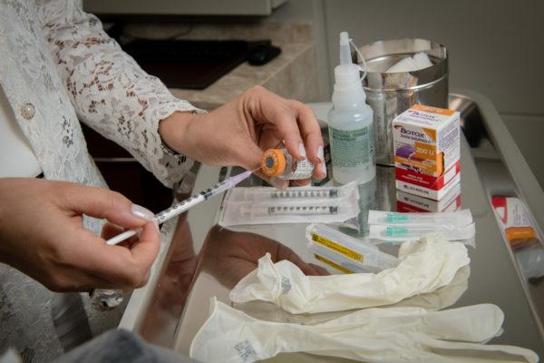 Dra Simone Amorim prepara injeção de toxina botulínica