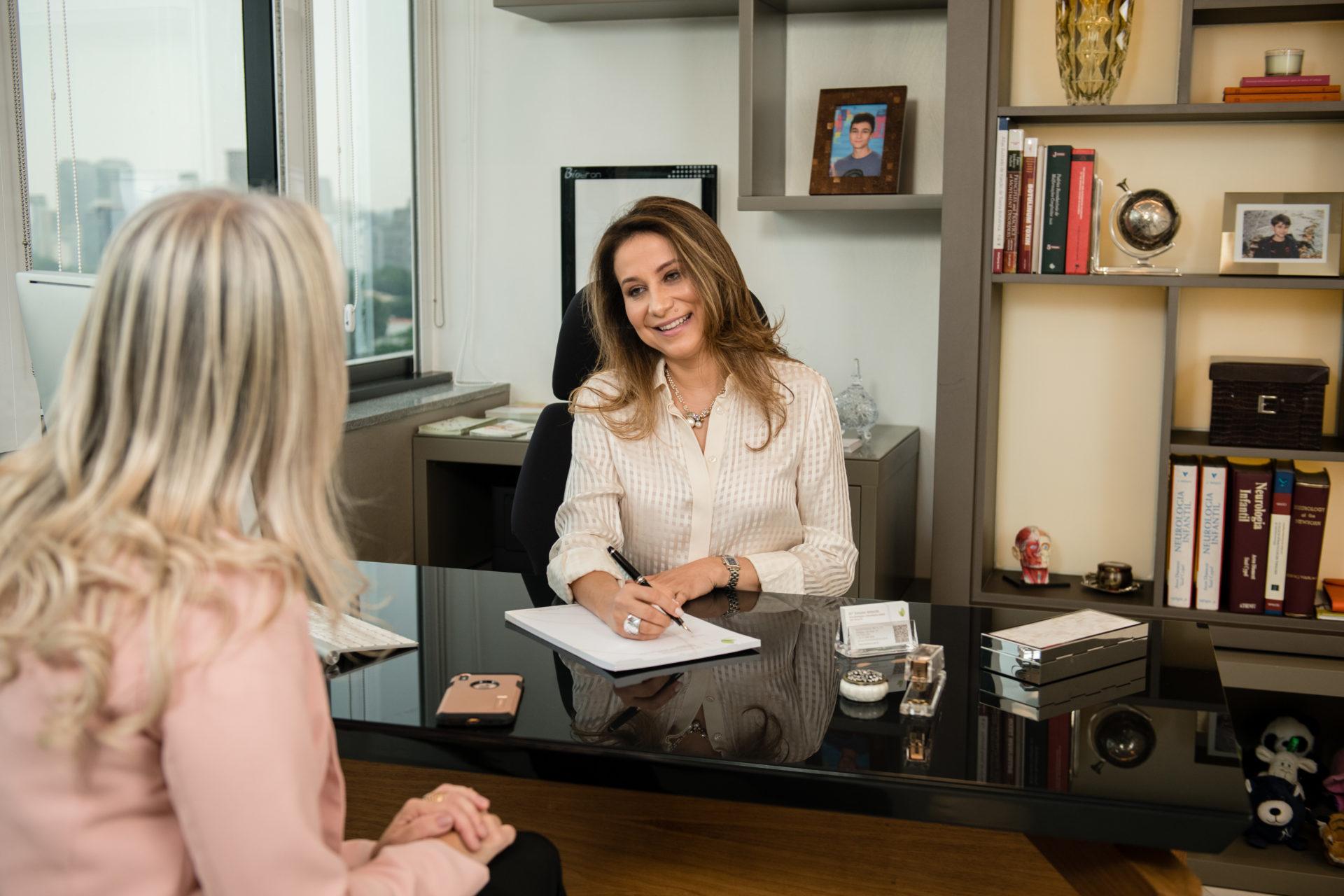 Dra Simone Amorim atendendo em consultório